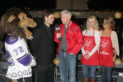 Aubrie Lemon Photo - I12463CHWJOHNNY GRANT HONORED AT THE SALVATION ARMYS ANNUAL KETTLE KICK OFF  THE ORIGINAL FARMERS MARKET LOS ANGELES CA 111907 LUC ROBITAILLE AND BAILEY - LOS ANGELES KINGS MASCOT WITH FRITZ COLEMAN AUBRIE LEMON AND PATRICIA KARA  PHOTO CLINTON H WALLACE-PHOTOMUNDO-GLOBE PHOTOS INC