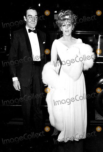 Kim Novak Photo - Kim Novak and Richard Johnson at the Premiere of the Carpetbaggers at Londons Plaza Theatre 10211964 Globe Photos Inc Kimnovakretro