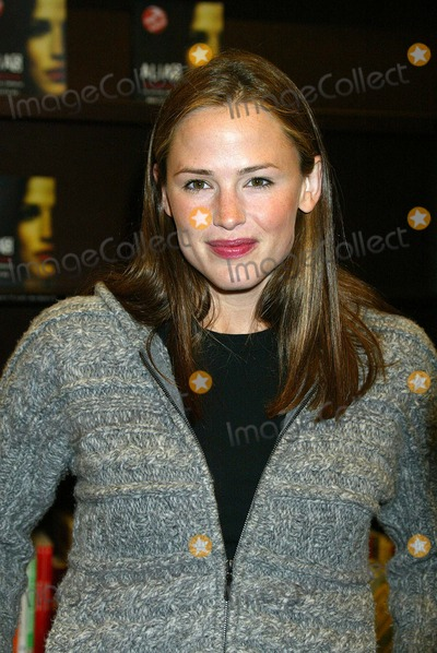 Alias Photo - K26615EG - ALIAS BOOK SIGNING PHOTO BY ED GELLER EGIGLOBE PHOTOS INC  2002 JENNEFER GARNERK26615EG  BOOKSTORE APPEARANCE BY JENNIFER GARNER JJ ABRAMS AND OTHER CAST MEMBERS SIGNING ALIAS BOOKBARNES  NOBLE AT THE GROVE LOS ANGELES CAOCT 08 2002PHOTO BY ED GELLERGLOBE PHOTOS INC  2002
