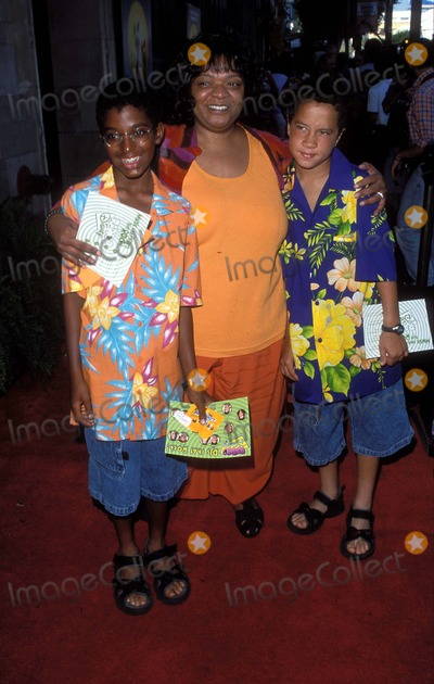 Nell Carter Photo - 162000 the Little Mermaid 2 Premiere at El Capitan Theater Hollywood CA K19746psr Nell Carter Sons Joshua and Daniel Photo by Paul SkipperGlobe Photos Inc Nellcarterretro