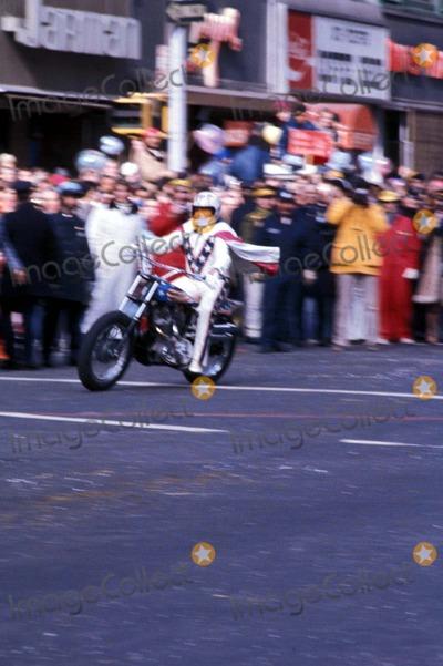 Evel Knievel Photo - 111976 Evel Knievel at the Macys Thanksgiving Day Parade Photo by Trina LiptonGlobe Photos