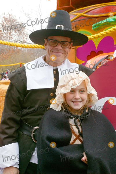 Alton Brown Photo - Macys Thanksgiving Day Parade New York City 11-25-2010 Photo by Bruce Cotler-Globe Photos Inc 2010 Alton Brown