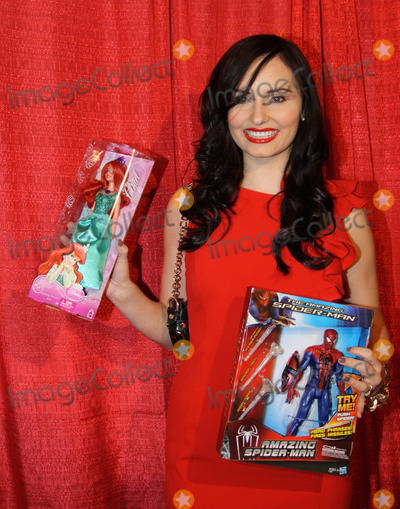 Ariel Teal Photo - ARIEL TEAL TOMBS arrives at the Childrens Hospital Cancer Ward Christmas Toy Drive